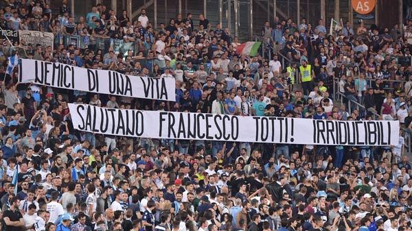 Ritiro Totti, arriva la lettera degli Irriducibili: 'Nessun rispetto dai tuoi tifosi'